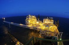 Нефтегазовая платформа индонезийской госкомпании Pertamina у Западной Явы. 16 июля 2015 года. Производители нефти с высокой себестоимостью, а не ОПЕК, должны снизить добычу, сказал управляющий ОПЕК от Индонезии Видхиаван Правираатмаджа в интервью Рейтер. REUTERS/Wahyu Putro A/Antara Foto