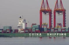 Contêineres vistos no porto de Rizhao, na China.   06/12/2015    REUTERS/Stringer