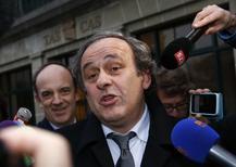 Platini deixa Corte Arbitral do Esporte em Lausanne.  8/12/2015.  REUTERS/Denis Balibouse
