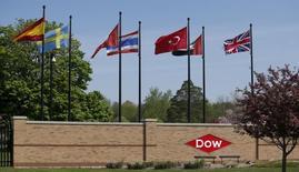 Логотип Dow Chemical на въезде в штаб-квартиру компании в Мидлэнде, штат Мичиган. 14 мая 2015 года. Американские химические компании Dow Chemical Co и DuPont ведут переговоры о слиянии, которые могут завершиться созданием корпорации по производству химических материалов с рыночной стоимостью более $120 миллиардов. REUTERS/Rebecca Cook