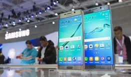 Samsung Electronics a annoncé mercredi la création d'une équipe chargée de développer des produits destinés à l'automobile, le groupe coréen cherchant un nouveau relais de croissance dans ce secteur face au ralentissement dans les smartphones. /Photo prise le 3 septembre 2015/REUTERS/Hannibal Hanschke
