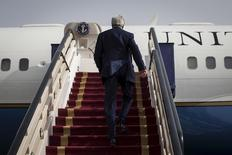 Госсекретарь США Джон Керри поднимается по трапу в самолет, отправляющийся в США из Эр-Рияда 25 октября 2015 года. Керри объявил в среду, что посетит на следующей неделе Россию для обсуждения президентом Владимиром Путиным Сирии и Украины. REUTERS/Carlo Allegri