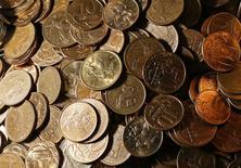 Монеты по 10 и 50 копеек в офисе частной компании в Красноярске. 6 ноября 2014 года. Рубль остается стабилен на полуденных торгах среды, хотя и сократил утренние достижения, полученные за счет отскока нефти от многолетних минимумов, на его стороне еще и относительно низкий, по оценке участников рынка, нынешний реальный спрос на валюту, а также сохраняющийся профицит текущего счета РФ благодаря сокращению импорта и оттока капитала. REUTERS/Ilya Naymushin
