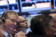 La Bourse de New York a ouvert mercredi sans tendance claire suite à l'annonce d'une légère augmentation de l'inflation en Chine et sur fond de stabilisation des cours du pétrole après deux séances de baisse. Le Dow Jones gagnait 0,1% peu après l'ouverture, le Standard & Poor's 500 avançait de 0,05% et le Nasdaq Composite cédait 0,28%. /Photo prise le 8 décembre 2015/REUTERS/Lucas Jackson