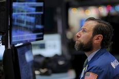 Трейдер на торгах Нью-Йоркской фондовой биржи 8 декабря 2015 года. Уолл-стрит выросла в начале торгов в среду, поскольку цены на нефть частично восстановили потери, а сообщение о переговорах о слиянии Dow Chemical и DuPont поддержало акции компаний-производителей сырья. REUTERS/Lucas Jackson