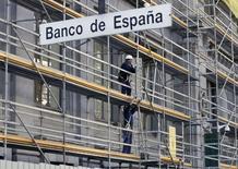 El Gobernador del Banco de España dijo el jueves que la rentabilidad del negocio bancario en el país está expuesta a presiones por el actual entorno de tipos de interés bajos y la menor actividad bancaria. En la imagen, trabajadores de la construcción trabajan en un andamio en la sede del Banco de España en Madrid, el 13 de noviembre de 2015. REUTERS/Andrea Comas