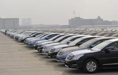 Les ventes de voitures en Chine ont bondi de 20% en novembre par rapport au même mois l'an dernier, soit la plus forte hausse mensuelle en deux ans, selon l'Association chinoise des constructeurs automobiles (CAAM), qui confirme sa projection d'un marché automobile en croissance de 3% cette année. /Photo d'archives/REUTERS