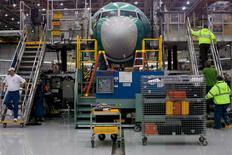 Boeing a annoncé avoir enregistré 11 nouvelles commandes d'avions jeudi, d'une valeur d'environ 1,1 milliard de dollars (1,0 milliard d'euros) aux prix catalogue, ce qui porte son total de commandes à 575 depuis le 1er janvier. Les commandes obtenues jeudi par Boeing concernent 10 appareils 737 pour Turkish Airlines et un 767 pour FedEx. /Photo prise le 7 décembre 2015/REUTERS/Matt Mills McKnight