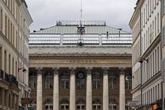 L'indice CAC 40 accentue ses pertes (-1,5%) à 13h50 à la Bourse de Paris dans un marché nerveux avec la rechute des prix du pétrole et avant la réunion, mardi et mercredi prochains, de la Réserve fédérale américaine qui devrait décider de relever ses taux pour la première fois en près de 10 ans. /Photo d'archives/REUTERS/Charles Platiau
