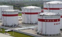 Foto de archivo de unos tanques de petróleo en la planta de Sinopec, en Hefei, 31 de mayo de 2009. China dijo que aumentó a más del doble el tamaño de sus reservas estratégicas de petróleo entre noviembre de 2014 y mediados de año y que acumuló inventarios a una tasa que superó las estimaciones de analistas. REUTERS/Jianan Yu/Files