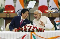 Le Premier ministre japonais, Shinzo Abe (à gauche), et son homologue indien, Narendra Modi. Le Japon va fournir à l'Inde 12 milliards de dollars (10,9 milliards d'euros) sous forme de prêts bonifiés pour qu'elle lui achète ce qui sera son premier train à grande vitesse, ont annoncé samedi les deux pays, dans le cadre de la visite à New Delhi du Premier ministre nippon. /Photo prise le 12 décembre 2015/REUTERS/Adnan Abidi