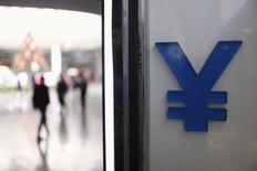 En la foto de archivo, puede verse el signo del yuan en el frente de una casa de cambio en Shanghái, el 1 de diciembre del 2015. China comenzó a difundir una tasa de cambio del yuan frente a una canasta de monedas, en un intento por disuadir a los inversores de enfocarse casi exclusivamente en las fluctuaciones de la divisa china respecto del dólar.REUTERS/Aly Song