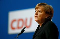 La canciller alemana Angela Merkel da un discurso en Karlsruhe, Alemania, 14 de diciembre de 2015. Europa aún no ha superado la crisis de la zona euro y todavía es necesario atajar los errores cometidos por los fundadores del proyecto de la divisa, dijo el lunes la canciller alemana, Angela Merkel. REUTERS/Kai Pfaffenbach
