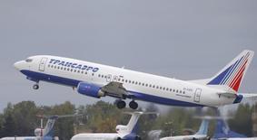 """Boeing 737 авиакомпании Трансаэро вылетает из подмосковного аэропорта Внуково 2 октября 2015 года. Лизинговая """"дочка"""" Банка ВТБ компания ВТБ Лизинг договорилась о передаче 11 самолетов, принадлежавших авиакомпании Трансаэро, государственному Аэрофлоту и еще одной компании, имя которой не называется. REUTERS/Maxim Shemetov"""