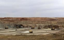 Карьерные самосвалы на руднике Ою Толгой в Монголии. 23 июня 2012 года. Горнорудный гигант Rio Tinto во вторник сообщил, что привлек $4,4 миллиарда финансирования для масштабного расширения медного рудника Ою Толгой в Монголии, и окончательное решение вопроса о строительстве будет принято в первой половине 2016 года. REUTERS/David Stanway