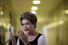 La presidenta de Brasil, Dilma Rousseff, durante una conferencia de prensa en el Palacio Planalto en Brasilia, Brasil, 7 de diciembre de 2015. La presidenta de Brasil, Dilma Rousseff, decidió reducir un objetivo clave de ahorro fiscal de 2016 para salvaguardar un programa de bienestar, dijo a Reuters una fuente del Gobierno con conocimiento directo del tema, una medida que podría generar tensiones en su equipo económico. REUTERS/Ueslei Marcelino