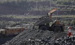 Caminhão despejando minério de ferro na região de Belgorod, Rússia.   08/10/2015   REUTERS/Maxim Shemetov