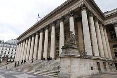 Les Bourses européennes évoluent dans le vert à mi-séance mercredi, alors que se profile le premier resserrement monétaire aux Etats-Unis depuis près de 10 ans. Le CAC 40 parisien prenait 0,92% vers 11h40 GMT, le Dax 0,88% et le FTSE 0,86%. /Photo d'archives/REUTERS/Charles Platiau