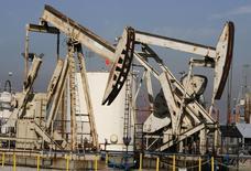 Станки-качалки на нефтяном месторождении в Калифорнии. 19 июня 2008 года. Цены на эталонную нефть Brent могут продолжить снижение, опустившись до минимума семи лет на этой неделе, если правительство США снимет многолетний запрет на экспорт нефти. REUTERS/Fred Prouser