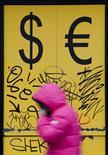 Женщина у пункта обмена валюты в Москве. 3 марта 2014 года. Покупки россиянами наличной иностранной валюты выросли в октябре 2015 года, но совокупный спрос на валюту при этом был в два раза ниже, чем в октябре кризисного 2014-го, сообщил ЦБР в среду. REUTERS/Maxim Shemetov