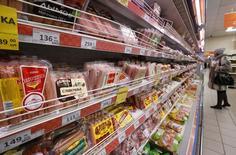 Колбасный отдел в магазине Дикси в Москве. 1 декабря 2015 года. Рост потребительских цен в России с 8 по 14 декабря 2015 года составил 0,2 процента, как и на предыдущей неделе, сообщил Росстат. REUTERS/Sergei Karpukhin