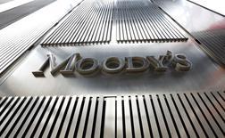 El logo de Moody's en las oficinas de la calificadora en Nueva York, feb 6, 2013. Los bancos de Latinoamérica muestran una menor resistencia en periodos de severas turbulencias financieras que sus pares de otros mercados emergentes, siendo las entidades de Brasil las más vulnerables, dijo el miércoles la agencia de calificación Moody's Investor Service.  REUTERS/Brendan McDermid