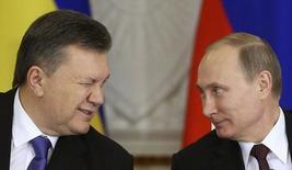 Президент Украины Виктор Янукович (слева) и президент России Владимир Путин в Москве 17 декабря 2013 года. Украина надеется на продолжение финансирования Международным валютным фондом и открыта к переговорам о реструктуризации выкупленных Россией евробондов на сумму $3 миллиарда с погашением в декабре 2015 года, говорится в заявлении Киева после того, как МВФ назвал заем официальным долгом. REUTERS/Sergei Karpukhin