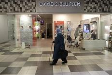 Le fabricant danois de téléviseurs et de chaînes hifi haut de gamme Bang & Olufsen a annoncé jeudi une perte fortement réduite au premier semestre 2015-2016 tout en maintenant ses prévisions annuelles. /Photo d'archives/REUTERS/Ints Kalnins