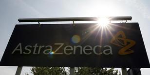 El logo de AstraZeneca en Macclesfield, en el centro de Inglaterra, el 19 de mayo de 2014. AstraZeneca dijo el jueves que acordó comprar una participación de un 55 por ciento en la firma privada de biotecnología Acerta Pharma por 4.000 millones de dólares, lo que le permitirá acceder a una nueva clase de fármacos para combatir los cánceres en la sangre. REUTERS/Phil Noble