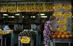 Una clienta revisa las ofertas en un mercado en Río de Janeiro, Brasil, 9 de diciembre de 2015. La economía de América Latina y el Caribe crecería un 0,2 por ciento en 2016, en contraste con un esperado retroceso este año por el complejo escenario que enfrenta Brasil, el mayor mercado regional, pronosticó el jueves la CEPAL. REUTERS/Ricardo Moraes