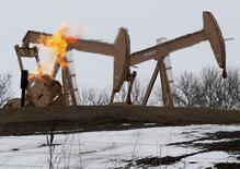 Станки-качалки на нефтяном месторождении в Уиллистоне, Северная Дакота, 11 марта 2013 года. Рынок нефти готовится завершить в минусе третью неделю подряд за счет роста запасов и повышения процентных ставок ФРС. REUTERS/Shannon Stapleton