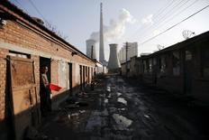 A Pékin.  Selon l'Agence internationale de l'énergie, la demande de charbon en Chine, premier consommateur mondial, va ralentir au cours des cinq prochaines années du fait de son changement de modèle économique, ouvrant la voie à une baisse de la demande mondiale de cette énergie fossile malgré la montée en puissance de l'Inde. /Photo prise le 10 décembre 2015/REUTERS/Damir Sagolj