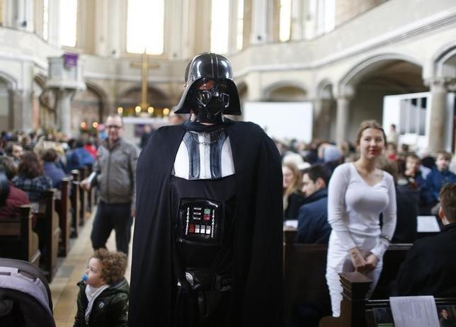 12月20日、ドイツのベルリンにあるプロテスタント教会で、人気SF映画シリーズの最新作「スター・ウォーズ/フォースの覚醒」の公開記念礼拝が行われた(2015年 ロイター/Hannibal Hanschke)
