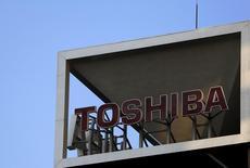 Toshiba Corp dijo el lunes que suprimirá cerca de 6.800 empleos en su negocio de electrónica de consumo tras un escándalo contable de 1.300 millones de dólares, una iniciativa que convertirá al conglomerado japonés en una empresa con menor estructura y centrada en semiconductores y energía nuclear. En la imagen, el logo de Toshiba en su sede de Tokio, Japón, el 6 de noviembre de 2015. REUTERS/Yuya Shino/Files
