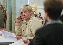 Глава НБУ Валерия Гонтарева на заседании СНБО в Киеве. 22 сентября 2015 года. Промедление с принятием бюджета и нового налогового кодекса угрожает экономической и финансовой стабильности Украины, тормозит реформы и подрывает способность Нацбанка побороть инфляцию, сообщил центробанк в понедельник. REUTERS/Gleb Garanich