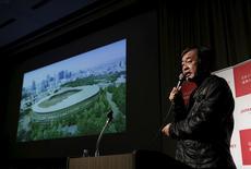 Arquiteto japonês Kengo Kuma apresentando projeto de estádio em Tóquio.     22/12/2015   REUTERS/Yuya Shino