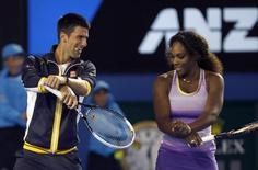 Tenistas Novak Djokovic e Serena Williams dançam durante evento para crianças no Aberto da Austrália. 12/01/2013 REUTERS/Damir Sagolj
