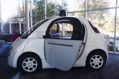 El buscador de internet Google y el fabricante de automóviles Ford Motor Co están en conversaciones para desarrollar juntos tecnología de vehículos autónomos, dijo el martes una fuente cercana a la negociación. En la imagen de archivo, un coche autónomo de Google es visto dentro de un recibidor de la sede de la compañía en Mountain View, California, el 13 de noviembre de 2015. REUTERS/Stephen Lam