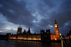 Répétition coquille titre.  Les chiffres officiels publiés mercredi montrent que la croissance de l'économie britannique a finalement été moins soutenue que prévu aux 2e et 3e trimestres. /Photo prise le 2 décembre 2015/REUTERS/Peter Nicholls