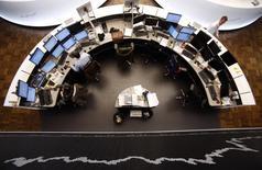 Les Bourses européennes amplifient leur hausse mercredi à la mi-séance. À Paris, le CAC 40 gagne 1,96% à 4.656,98 points vers 12h00 GMT. À Francfort, le Dax prend 1,75% et à Londres, le FTSE grimpe de 2,15%. /Photo d'archives/REUTERS/Lisi Niesner