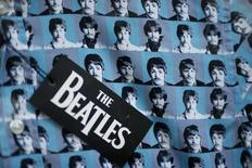 """Los rostros de los integranntes del grupo The Beatles impreso en una camisa en Liverpool, Inglaterra, mar 2, 2015. A partir de Navidad, los 13 discos de The Beatles, incluidos """"Sgt Pepper's Lonely Hearts Club Band"""", """"Revolver"""" y """"Abbey Road"""", estarán por fin disponibles en los servicios más populares de """"streaming"""".  REUTERS/Phil Noble"""