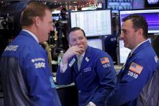 Трейдеры на торгах Нью-Йоркской фондовой биржи 22 декабря 2015 года. Уолл-стрит закрылась ростом третью сессию подряд в среду за счёт значительного укрепления энергетического сектора, так как стабилизация цен на нефть улучшила настроения инвесторов накануне западного Рождества.  REUTERS/Lucas Jackson