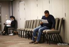Les inscriptions hebdomadaires au chômage ont baissé plus que prévu la semaine dernière aux Etats-Unis pour se rapprocher d'un creux de 42 ans, confirmant ainsi le redressement du marché du travail. Les inscriptions au chômage lors de la semaine au 19 décembre ont diminué à 267.000 contre 272.000 (révisé) la semaine précédente. /Photo d'archives/REUTERS/Robert Galbraith