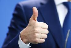 Премьер-министр Украины Арсений Яценюк жестикулирует во время пресс-конференции в Берлине. 23 октября 2015 года. Украинский парламент утвердил госбюджет 2016 года с дефицитом 3,7 процента ВВП, в соответствии с требованиями программы Международного валютного фонда, сняв основную преграду на пути возобновления западной финансовой поддержки. REUTERS/Hannibal Hanschke