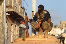 """Боевик """"Фронта ан-Нусра"""" в сирийском городе Эриха. 29 мая 2015 года. Две тысячи сирийских боевиков-исламистов, как ожидается, будут вскоре эвакуированы из удерживаемых ими районов на юге Дамаска в рамках соглашения, заключенного при посредничестве ООН, сообщил в пятницу телеканал """"Хезболлы"""". REUTERS/Ammar Abdullah"""