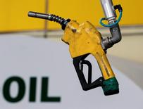 Las bolsas europeas bajaron en el primer día de negociación bursátil tras el parón navideño, con presión vendedora en petroleras como Repsol o Total tras una fuerte caída del precio del petróleo. En la imagen de archivo, un surtidor de gasolina cuelga del techo de una gasolinera en Seúl el 27 de junio de 2011. REUTERS/Jo Yong-Hak