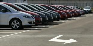 La bonanza del sector del automóvil en España se ha extendido también al mercado de segunda mano. Según estimaciones de la patronal Ganvam, las ventas de vehículos de ocasión habrían crecido un 6 por ciento en 2015 hasta 1,78 millones de vehículos. En la imagen de archivo, coches en un concesionario cerca de Barcelona. REUTERS/Gustau Nacarino