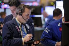 Operadores trabajando en la Bolsa de Nueva York, 28 de diciembre de 2015. Las acciones abrieron con alza el martes en la bolsa de Nueva York debido a un repunte de los precios del crudo, recuperando parte de las pérdidas registradas en la sesión anterior. REUTERS/Lucas Jackson