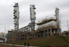 """Imagen de archivo de la planta gasífera """"Carlos Villegas"""" en Yacuiba, Bolivia, ago 24, 2015. El Gobierno de Bolivia dijo el martes que prevé un crecimiento anual de la economía del 5,8 por ciento hasta el 2020, gracias a una fuerte inversión pública y una mayor producción de gas natural, su principal exportación.  REUTERS/David Mercado"""