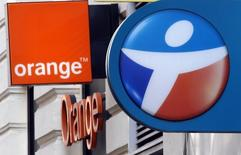 Bouygues et Orange, à suivre mercredi à la Bourse de Paris. Selon Le Canard Enchaîné, Orange étudie la prise d'une participation de 10% dans TF1 dans le cadre d'un rapprochement entre l'opérateur télécoms historique et Bouygues Telecom, filiale, comme TF1, du groupe Bouygues. Le CAC 40 de son côté est attendu en très légère baisse à l'ouverture. /Photo prise le 15 décembre 2015/REUTERS/Jean-Paul Pélissier